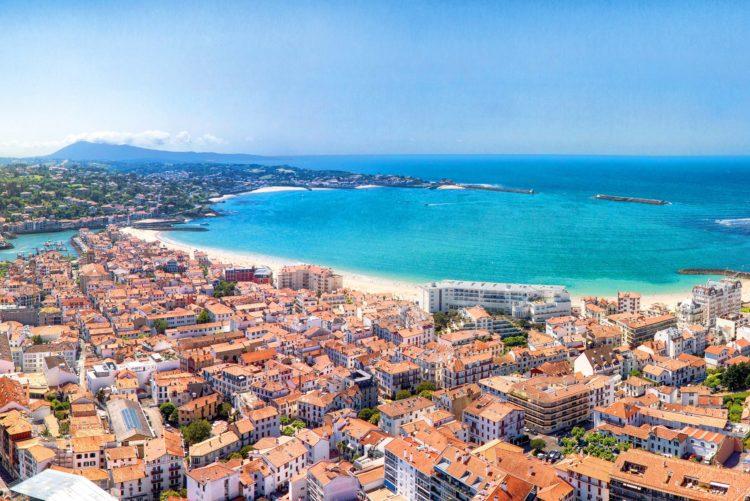 Pourquoi investir dans un terrain en bord de mer au pays basque est une bonne affaire?